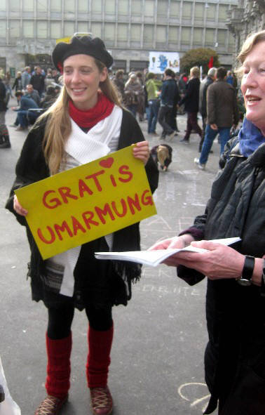 GRATIS UMARMUNG in Zürich. Free Hugs in Zurich Switzerland